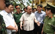 Thủ tướng Nguyễn Xuân Phúc kiểm tra công tác khắc phục hậu quả cơn bão số 10 tại trường Tiểu học Nghi Hải, thị xã Cửa Lò