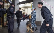 Cảnh sát Nga tiến hành sơ tán người dân ở Saint Petersburg (Ảnh: Sputnik)