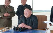 Lãnh đạo Triều Tiên Kim Jong-un vui mừng khi thấy tên lửa Hwasong-12 phóng thành công. Ảnh: KCNA/Reuters