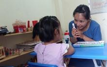 Cô giáo Cao Minh Phương và tiết học dạy trẻ tự kỉ nhận biết bảng chữ cái