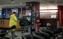 Một máy đánh bạc được lắp trong cửa hiệu cá cược ở thủ đô London, Anh. (Nguồn: Reuters).