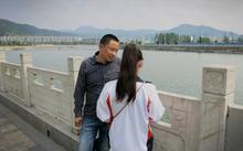 Ônh Cheng Zhu, 43 tuổi, nói chuyện cùng con gái Cheng Ying, 16 tuổi, bên bờ sông Tian ở tỉnh Hồ Bắc. (Nguồn: WashingtonPost)