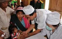 Các y bác sĩ đang khám bệnh cho người dân vùng dịch bạch hầu tại xã Trà Vân, Nam Trà My