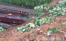 Đoạn đường sắt bị vùi lấp do mưa bão