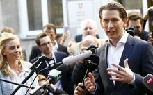 Thủ tướng tân cử Sebastian Kurz phát biểu sau khi rời phòng phiếu tại Vienna. Ảnh: AFP