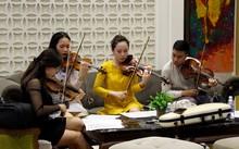 Các nghệ sĩ trẻ chăm chú tập luyện và trao đổi trước giờ dự tuyển