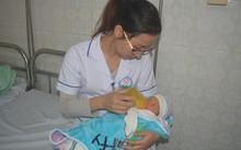 Nhân viên BV đa khoa tỉnh Hòa Bình chăm sóc con gái sản phụ A