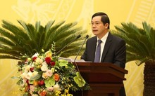 Ông Trần Huy Sáng - Giám đốc Sở Nội vụ Hà Nội rình bày tờ trình tại kỳ họp