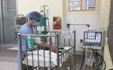 Bác sĩ BV Nhi Trung ương đang chăm sóc sức khỏe trẻ sơ sinh