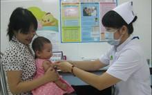 Các mẹ nên đưa con tiêm vacxin phòng sởi để tránh dịch bệnh