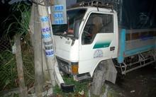 Xe tải tông gãy 3 trụ viễn thông ven đường (Ảnh PLHCM)