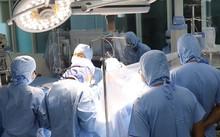 Các bác sĩ bệnh viện quận Thủ Đức, TP HCM thực hiện ca mổ