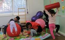 Trẻ em đến mầm non Trúc Lâm vừa học vừa kết hợp các bài tập vật lý trị liệu phù hợp
