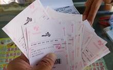 Vé số tự chọn được in sẵn ngày càng nhiều tại các điểm bán số truyền thống ở miền Tây. Ảnh: Việt Tường.