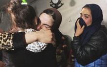 Đêm được giải cứu khỏi tay IS, Leila đoàn tụ với người thân, những người cùng vừa thoát khỏi IS. Ảnh: NBC