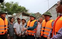 Phó Thủ tướng Trịnh Đình Dũng kiểm tra tình hình mưa lũ tại địa phương.