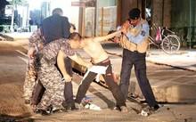 Lực lượng an ninh Iraq khống chế một cậu bé đeo đai bom ở thành phố Kirkuk hồi tháng 8.