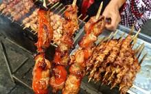 Thịt xiên nướng được bán vào buổi chiều tại các quán nhỏ vỉa hè dọc đường Hà Nội. Những miếng thịt lợn được xiên vào que, tẩm ướp gia vị, bôi chút mật ong lên rồi nướng trên than củi. Giá mỗi xiên vào khoảng 5.000 - 8.000 đồng