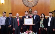 Chủ tịch Nguyễn Thiện Nhân tiếp nhận ủng hộ đồng bào lũ lụt từ Bí thư Tỉnh ủy Thái Nguyên Trần Quốc Tỏ.