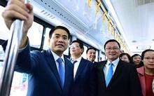 Chủ tịch UBND TP Hà Nội Nguyễn Đức Chung trải nghiệm trên tuyến buýt nhanh sáng 31/12. Ảnh: Giang Huy.