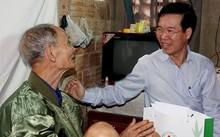 Ông Võ Văn Thưởng, Trưởng ban Tuyên giáo Trung ương, trao quà Tết cho người nghèo Quảng Ngãi. Ảnh: Minh Hoàng.