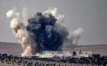 Khói bốc lên sau vụ không kích của không quân Thổ Nhĩ Kỳ xuống làng Jarabulus thuộc khu vực biên giới giữa Syria và Thổ Nhĩ Kỳ. Ảnh: AFP/TTXVN