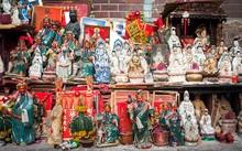 Người Hong Kong thường đặt các bức tượng thần lên ban thờ hoặc các nơi trang trọng để thờ cúng, trang trí. Ảnh: Odd.