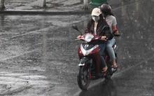 Người Sài Gòn không mang áo mưa do đang là mùa khô.