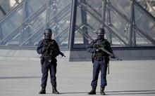 Lực lượng an ninh tại bảo tàng Louvre, Paris sau vụ tấn công.
