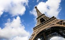 Chính quyền thành phố Paris sẽ cho lắp kính chống đạn quanh tháp Eiffel. Ảnh: Getty.