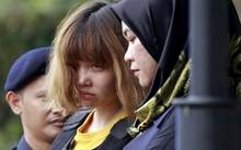 Đoàn Thị Hương bị cảnh sát áp giải vào tòa ở Malaysia