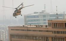 Lực lượng đặc nhiệm Afghanistan dùng trực thăng để xuống tầng thượng bệnh viện.