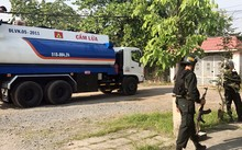 Cảnh sát bao vây bắt nhóm trộm xăng dầu. Ảnh: Quốc Thắng.