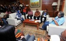 Ngoại trưởng Anifah (phải) hôm nay gặp người thân những người Malaysia bị kẹt tại Triều Tiên. Ảnh: Star