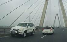 Xe biển xanh chạy ngược chiều trên cầu Nhật Tân trưa 6/4.