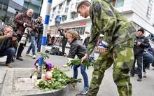 Người dân đặt hoa tưởng niệm các nạn nhân vụ tấn công.