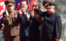 Ông Kim Jong Un (phải) tham dự buổi lễ khánh thành khu phố Ryomyong sáng 13/4.
