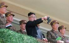 Nhà lãnh đạo Triều Tiên Kim Jong-un, áo đen, đứng cùng các sĩ quan quân đội.