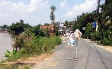 Khu vực sạt lở ở sông Vàm Nao bị phong tỏa. Ảnh: Cửu Long.