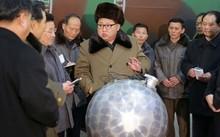 """Bức ảnh được KCNA công bố tháng 9/2016 cho thấy Chủ tịch Triều Tiên Kim Jong-un đang đứng bên thiết bị hạt nhân được gọi là """"quả cầu disco""""."""