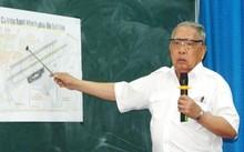 Đại tá Phan Tương, nguyên giám đốc sân bay Tân Sơn Nhất sử dụng sơ đồ sân bay để trình bày ý kiến.