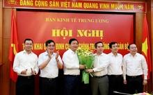 Ông Nguyễn Văn Bình tặng hoa ông Đinh La Thăng (ảnh BKTT.Ư)