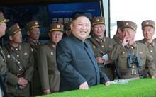 Lãnh đạo Triều Tiên Kim Jong-un theo dõi một cuộc tập trận.