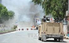 Khói bốc lên từ hiện trường vụ tấn công tòa nhà RTA của Đài truyền hình quốc gia Afghanistan ở Jalalabad ngày 17/5.