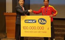 HLV Hoàng Anh Tuấn nhận món quà đại diện VPMilk trao tặng U20 Việt Nam.