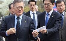 Choi Young-jae (giữa), vệ sĩ của tổng thống Hàn Quốc, gây sốt mạng xã hội vì vẻ ngoài điển trai và lạnh lùng. Ảnh: Korea Times