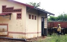 Nhà vệ sinh nơi bảo vệ trường tiểu học hiếp dâm và dâm ô các học sinh nữ. Ảnh: Quốc Thịnh.