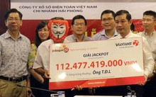 Khách hàng đeo mặt nạ nhận giải Jackpot kỷ lục ngày 31/5.