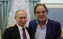 Tổng thống Nga Putin (trái) và đạo diễn Mỹ Oliver Stone. Ảnh: Showtime