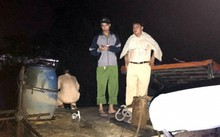 Cảnh sát thu giữ một ghe và trục vớt ghe bị chìm. Ảnh: C.A